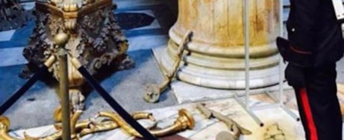Roma, ancora sfregi al Pantheon: una romena rompe due candelabri del 700