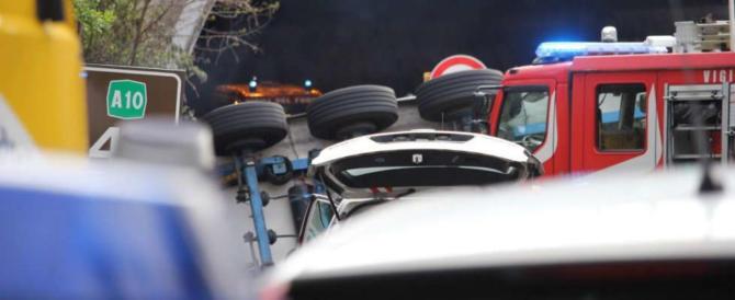 Tragedia sull'A10, Tir travolge 4 operai: 2 morti. Arrestato il conducente