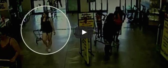 Abbandona la figlia di 2 anni al supermercato (il video che la inchioda)