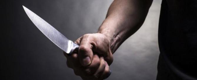 Egiziano accoltella i due coinquilini e confessa: «Volevo liberarmi di loro»