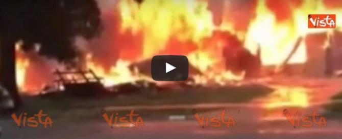Aereo si schianta su un'abitazione in California. Famiglia distrutta (video)