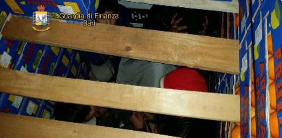 Migranti nascosti in camion frigo carico di arance: due arresti a Bari