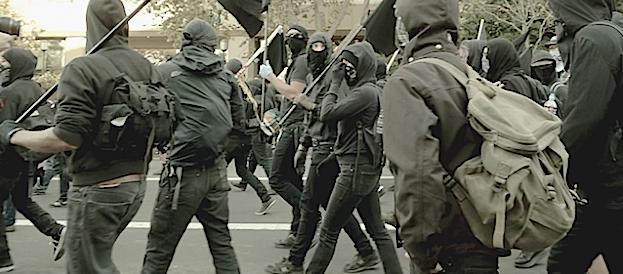 Scontri al corteo anti-Salvini: black bloc scatenati, danni, quattro fermi