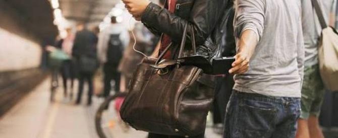 Ladro maldestro, ruba il cellulare e firma il furto: manda un selfie alla vittima derubata