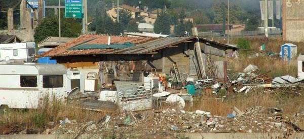 Anziano disabile rapinato sotto casa: il ladro preso in un campo rom
