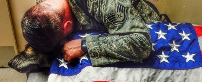 Fa il giro del mondo la foto del soldato che piange il suo cane anti-mine