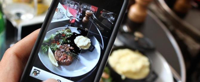 È il cibo la vera star dei selfie: le foto dei piatti condivise da un italiano su 3