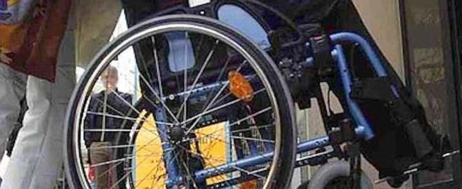 Bimbo disabile resta senza sostegno, la mamma si incatena per protesta