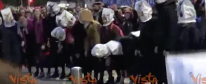 Senza mutande davanti al Pirellone: l'8 marzo secondo le kompagne (video)