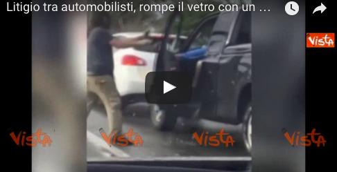 Violenta lite tra automobilisti: le immagini diventano virali (VIDEO)