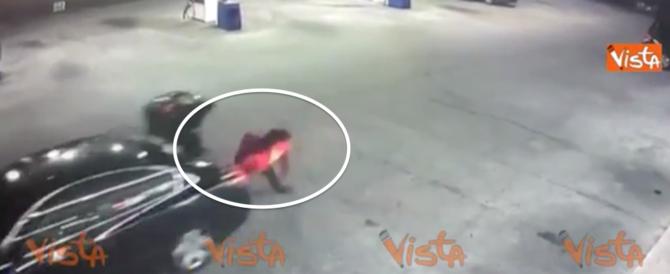 Rinchiusa nel bagagliaio, si libera e si lancia dall'auto in corsa (video)