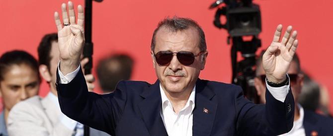 Il ministro turco non può atterrare in Olanda. Erdogan furioso: siete nazisti
