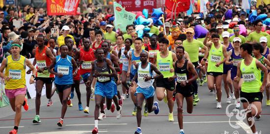 Maratona in Cina: i primi due sbagliano strada, vince il terzo (VIDEO)