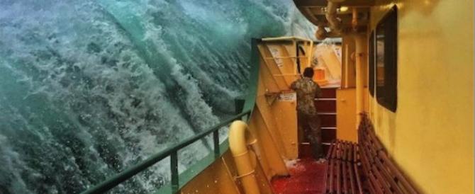 Onda enorme contro il traghetto: la foto dell'anno è di un marinaio (gallery)