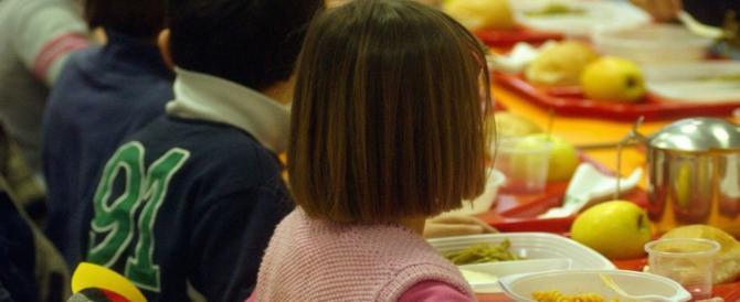 Bambina a mensa trova un chiodo nel panino che sta mangiando: al via le indagini