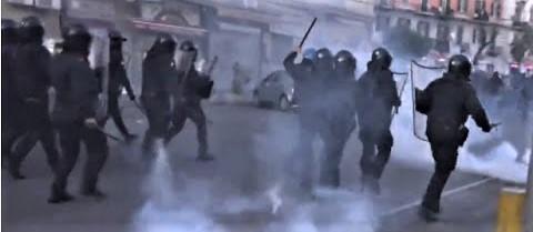 Minniti: a Napoli 27 agenti feriti, 15 mezzi danneggiati, ma solo due arresti
