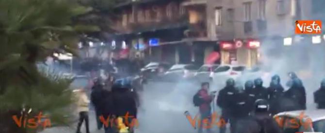 Napoli: antagonisti all'attacco, panico e fuga dei cittadini (video)