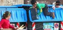 Il sindaco Raggi: sarà reato rovistare nei cassonetti della spazzatura