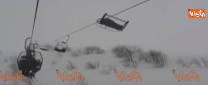 Vento forte, panico su una seggiovia: sciatori sospesi nel vuoto (video)