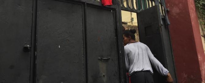 Roma, 15 stranieri nascosti in un appartamento tra rifiuti e materassi