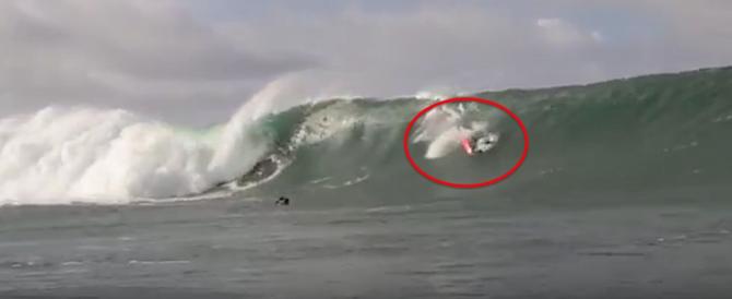 Surfista sfida l'onda più alta del mondo: «Mi ha colpito un autobus» (video)