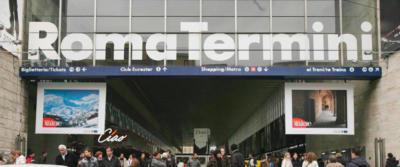 Tragedia sfiorata alla stazione Termini, un uomo tenta il suicidio: salvato