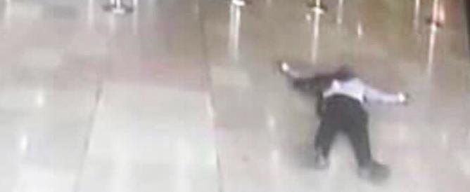 Paura a Parigi: terrorista ferisce 2 agenti, ucciso in aeroporto (VIDEO)