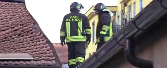 Crolla una palazzina a Milano: i vigili del fuoco scavano tra le macerie