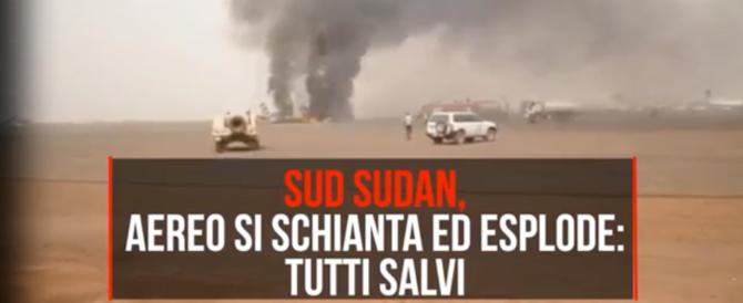 Un miracolo in Sudan, aereo si schianta ed esplode: tutti salvi (video)
