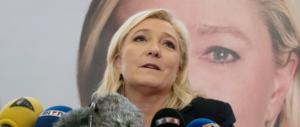 I sostenitori di Marine Le Pen cantano La Marsigliese e fischiano Macron (video)