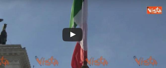 Natale di Roma, lo scivolone: la bandiera italiana è bucata (VIDEO)