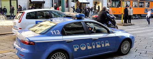 Terrore a Milano, la polizia spara alle gambe a un africano armato di coltelli