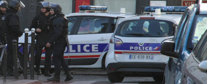 Champs-Elysées, arrestati i familiari dell'attentatore. In casa un arsenale
