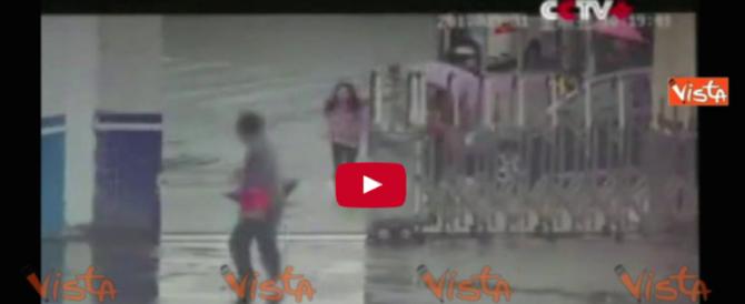 Ruba un cellulare a una donna e si infila nel cortile della polizia (VIDEO)