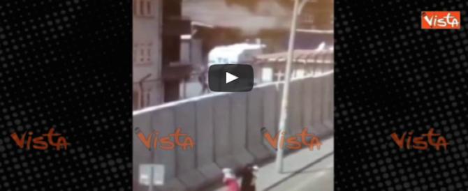 Turchia, esplosione alla caserma di Diyarbakir: c'è già una vittima (video)