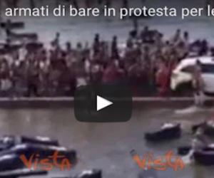 A Brasilia gli Indios protestano in difesa delle riserve armati di bare (video)