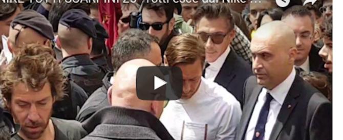 Totti, scarpini in oro per i 25 anni con la Roma: assediato dai tifosi (video)