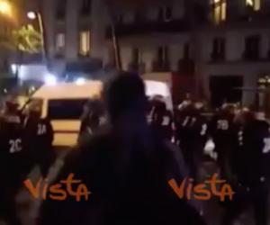 Antifascisti intolleranti anche a Parigi: scontri in piazza contro Marine Le Pen (video)