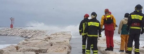 Rimini, una barca si schianta sugli scogli per il forte vento: 5 dispersi