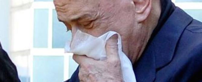 Berlusconi già dimesso: esce dalla clinica  con un fazzoletto sulla bocca