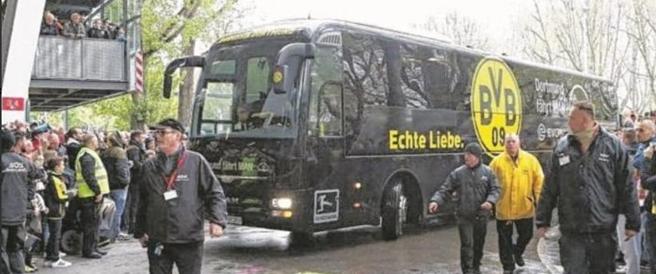 Tre esplosioni davanti al pullman del Borussia: sospesa la la partita di Champions