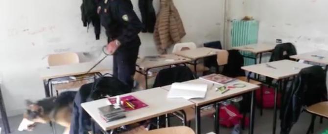 Bidello e pusher: nascondeva un bong fra i detersivi della scuola