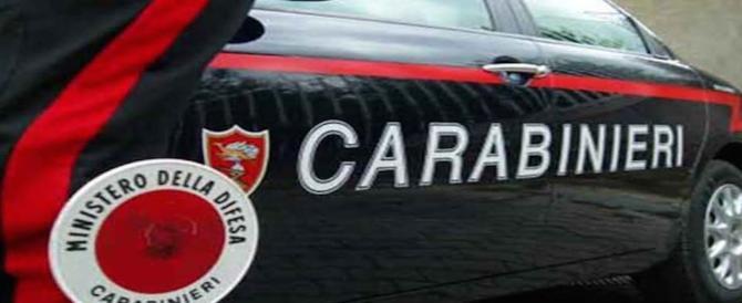 Nigeriano prende a calci e pugni i carabinieri: stava confezionando droga