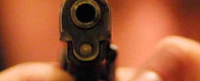Agguato a colpi di pistola a due amanti, arrestati la moglie e il suocero