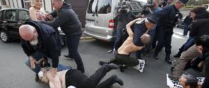 Francia, incursione delle Femen al seggio dove vota Marine Le Pen. Arrestate (video)