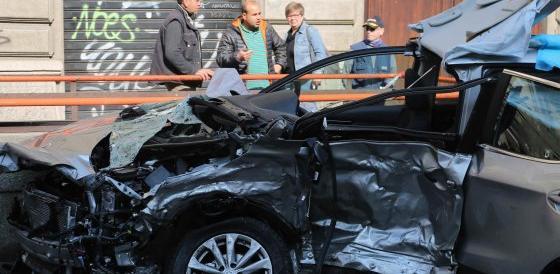 Milano, travolge un'auto con un suv e fugge. Muore l'altro conducente