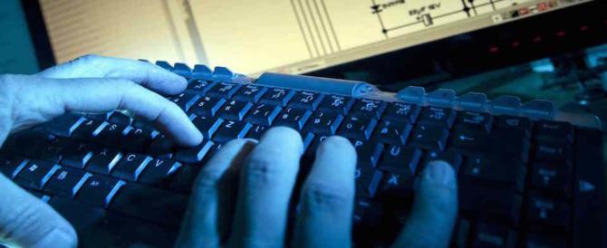 Hackera i siti jihadisti con foto Lgbt: l'Isis vuole la sua testa. Letteralmente