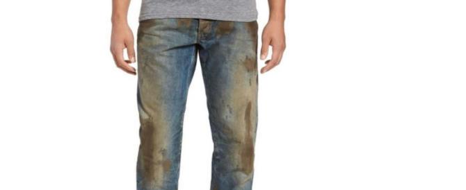 L'ultima follia del mercato: i jeans sporchi di fango a 418 euro. E c'è chi li compra