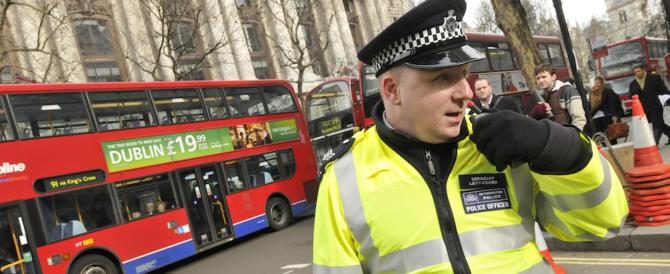 Torna la paura a Westminster: arrestato un uomo armato di coltelli
