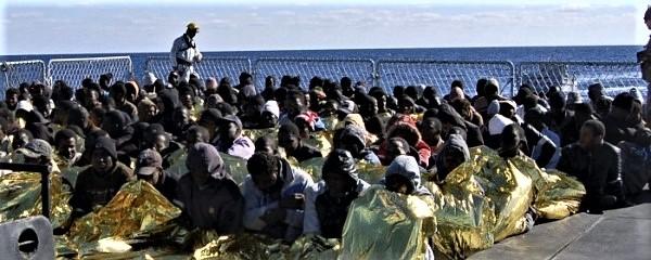 4500 clandestini sbarcati in un giorno, grazie al beltempo e alla nostra Marina